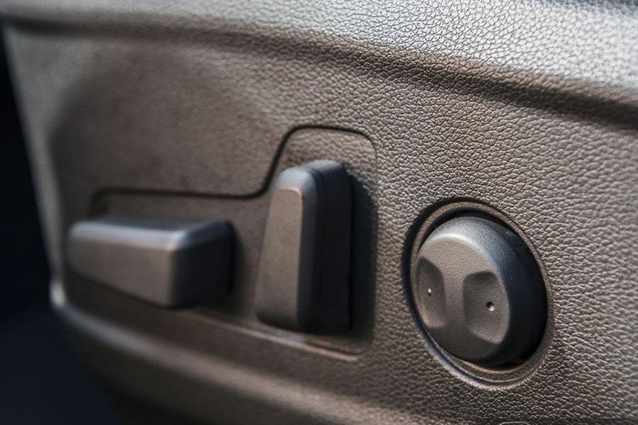 Ghế lái chỉnh điện chất liệu ghế nỉ
